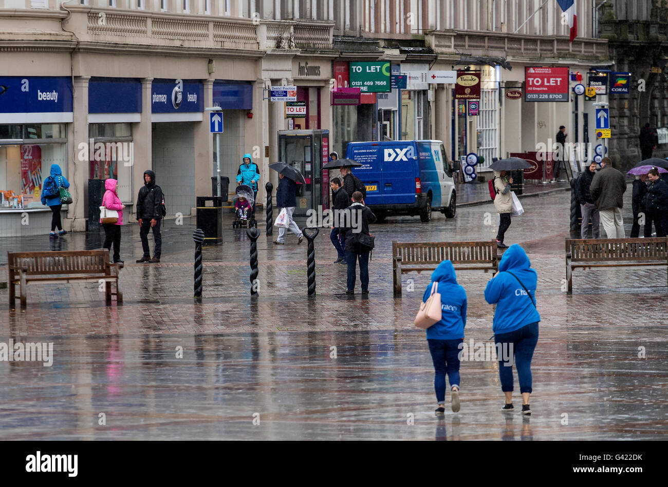Dundee, Tayside, Scotland, UK. June 17th 2016. UK Weather: Daily life continues despite a week of constant rain Stock Photo