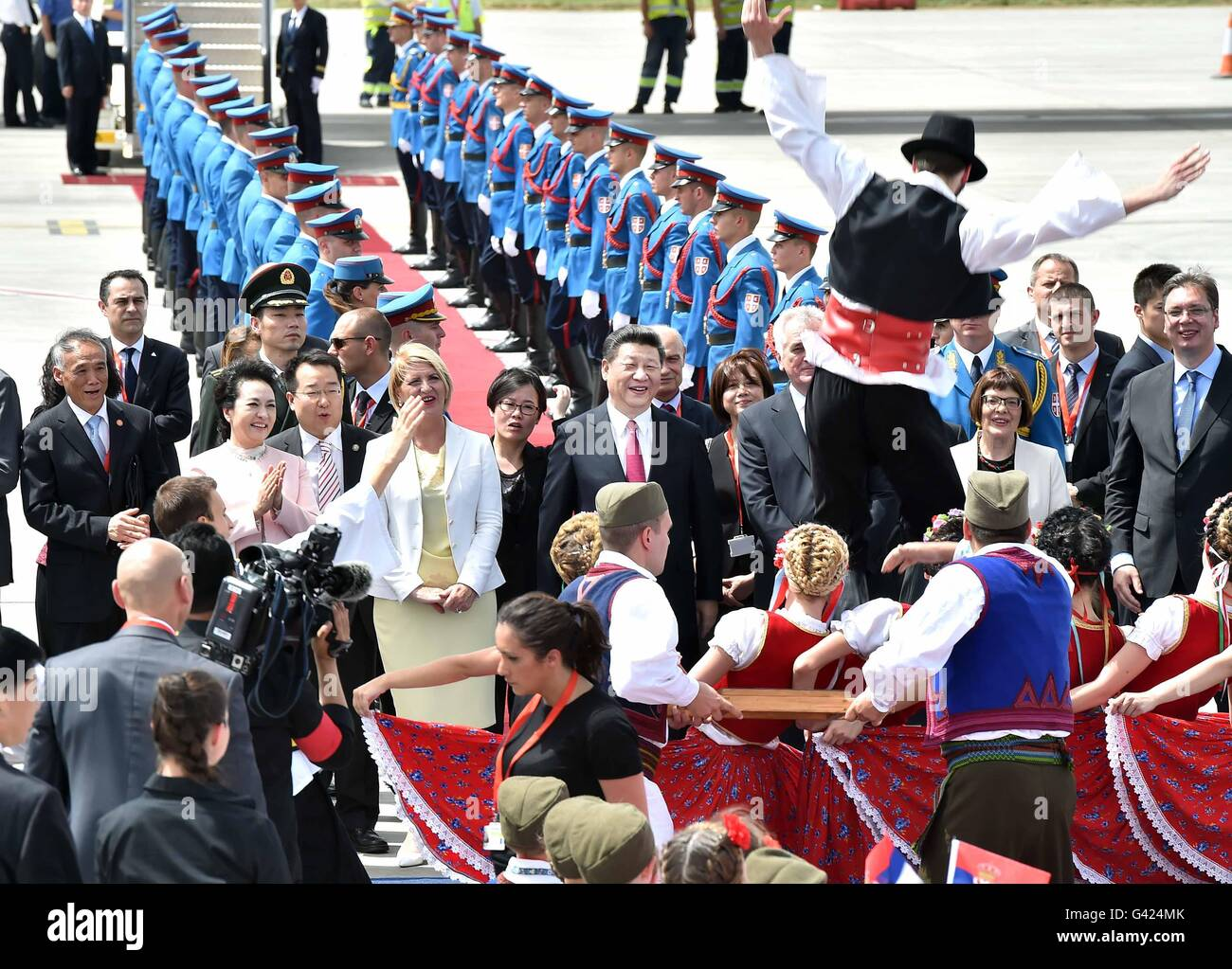 Belgrade, Serbia. 17th June, 2016. Chinese President Xi Jinping and his wife Peng Liyuan are greeted with performance Stock Photo