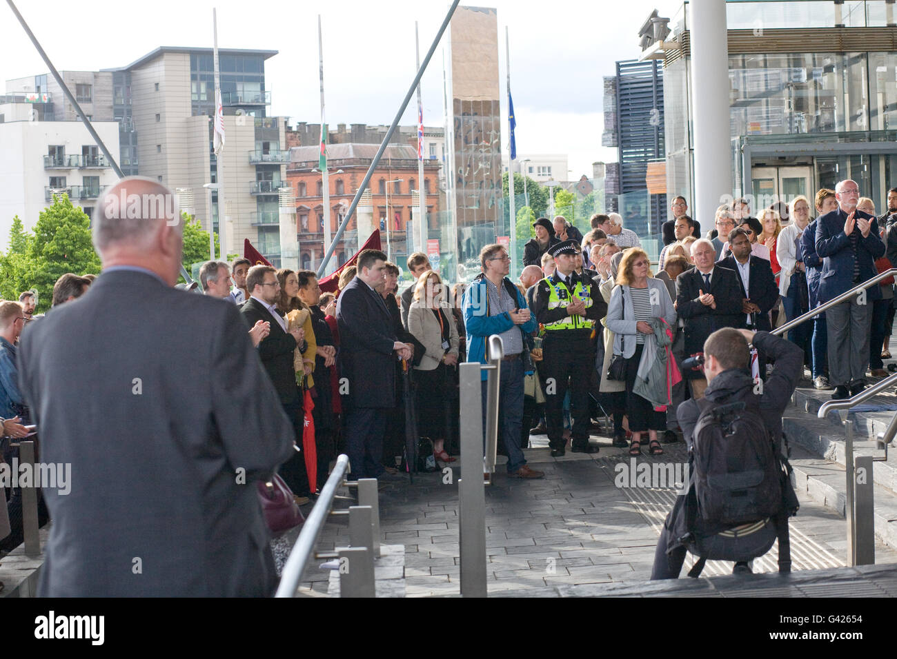 Cardiff, UK. 17th June, 2016. Vigil held outside the Senedd, National Assembly of Wales in memory of Jo Cox, Labour - Stock Image