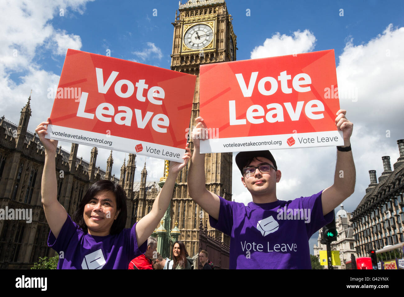 Supporters of the 'Vote leave' campaign on Westminster Bridge to leave the EU on June 23rd - Stock Image