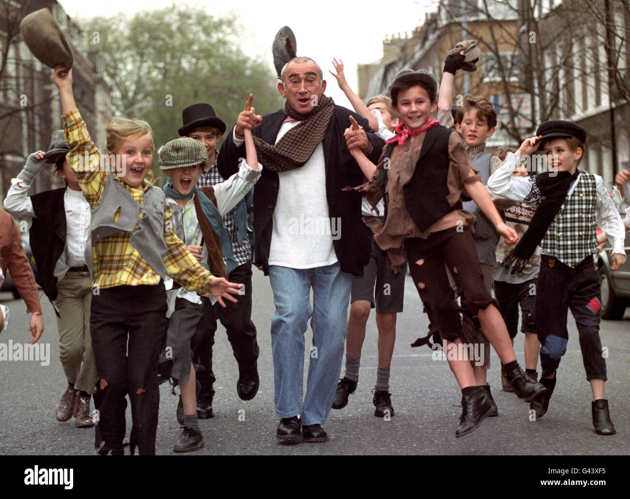 LIONEL BART WITH STREET URCHINS - Stock Image