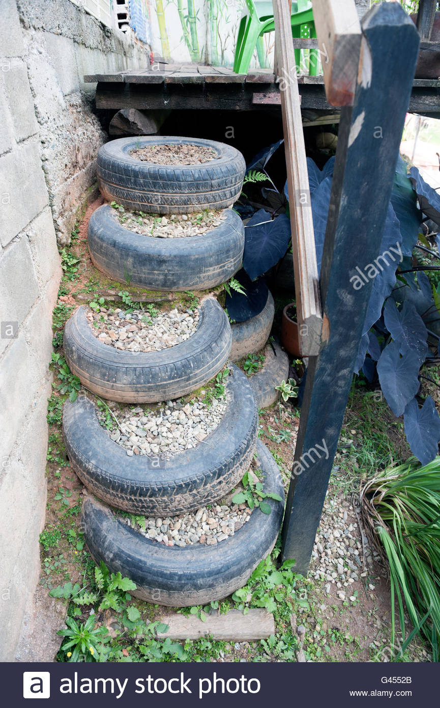 Garden feature - upcycling tyres to create steps. - Stock Image