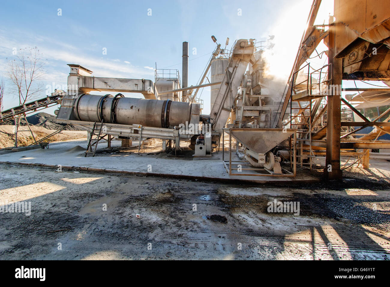 Asphalt Drum plant with continuous asphalt production - Stock Image