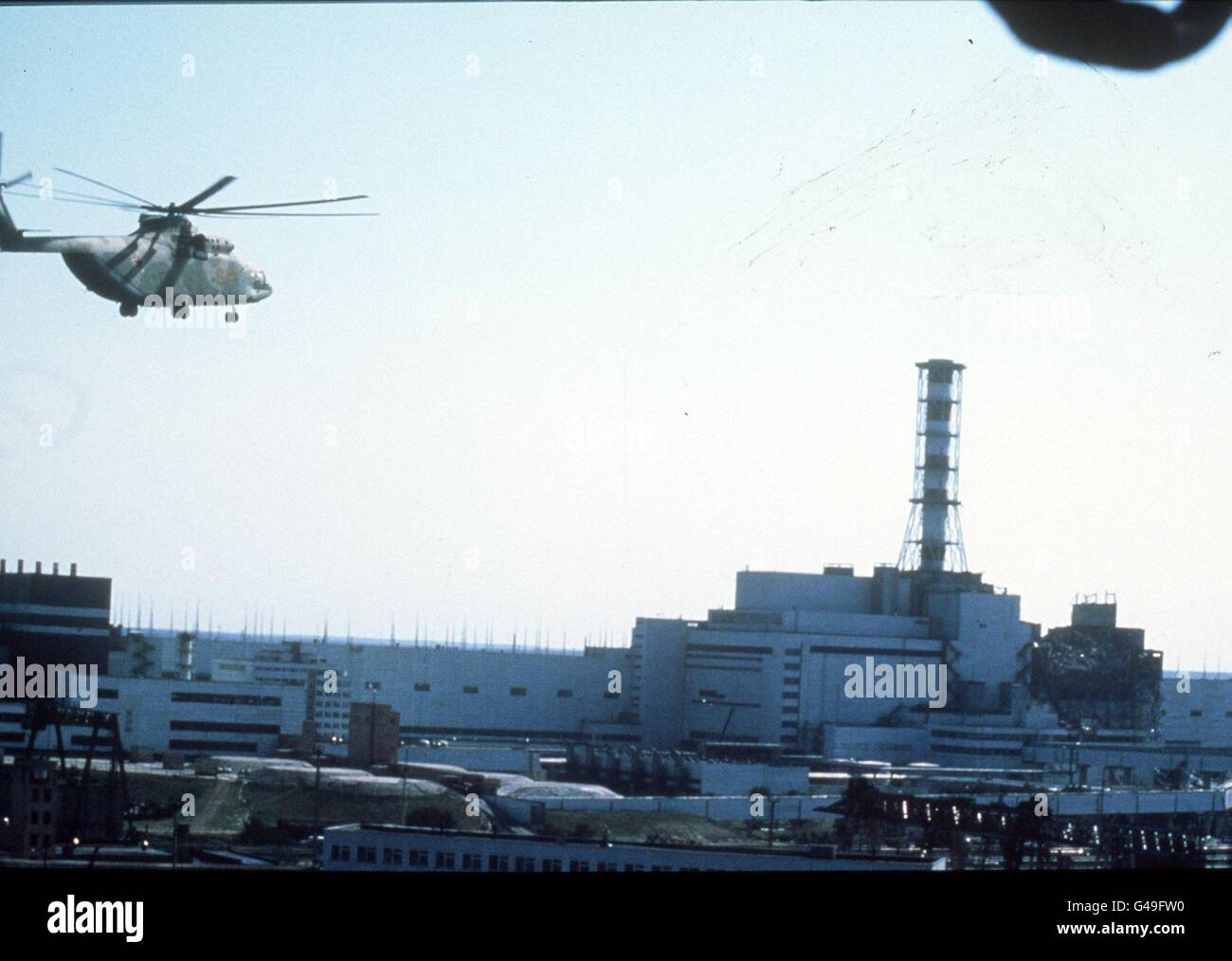 PA NEWS PHOTO 237985-3 : APRIL 1986 : HELICOPTER OVER CHERNOBYL NUCLEAR POWERPLANT IN THE UKRAINE, USSR, AFTER THE - Stock Image