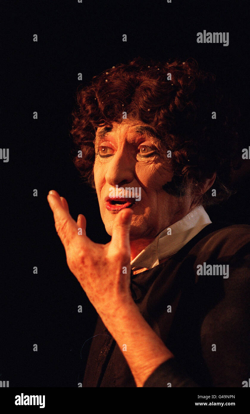 PA NEWS PHOTO 20/1/95 VETERAN FRENCH MIME ARTIST MARCEL MARCEAU DURING A DRESS REHEARSAL FOR THE PERFORMANCE AT - Stock Image