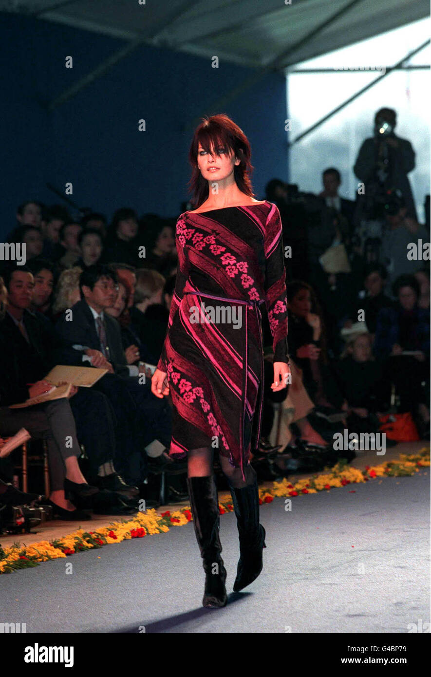 PA NEWS PHOTO : 11/3/98 : A MODEL WEARS A DRESS FROM THE CHLOE FALL/WINTER 1998/1999 COLLECTION IN PARIS, STELLA - Stock Image