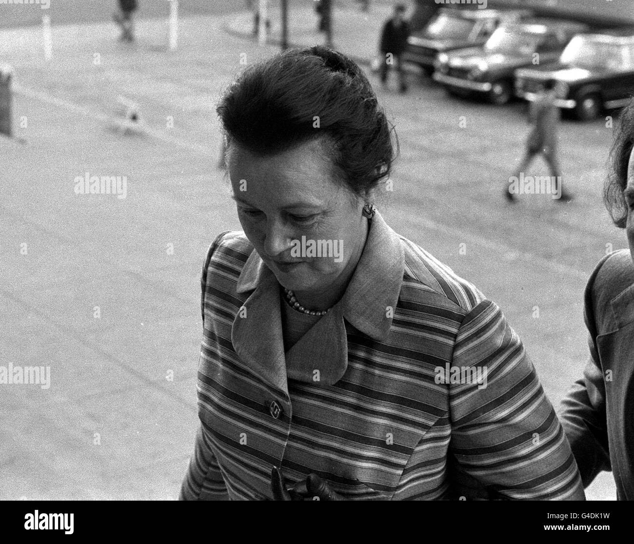 PA NEWS PHOTO 24/4/74  MRS MAY FREDA CUNNINGHAM OF CHESTER-LE STREET  CO. DURHAM ARRIVING AT LEEDS CROWN COURT WHERE - Stock Image