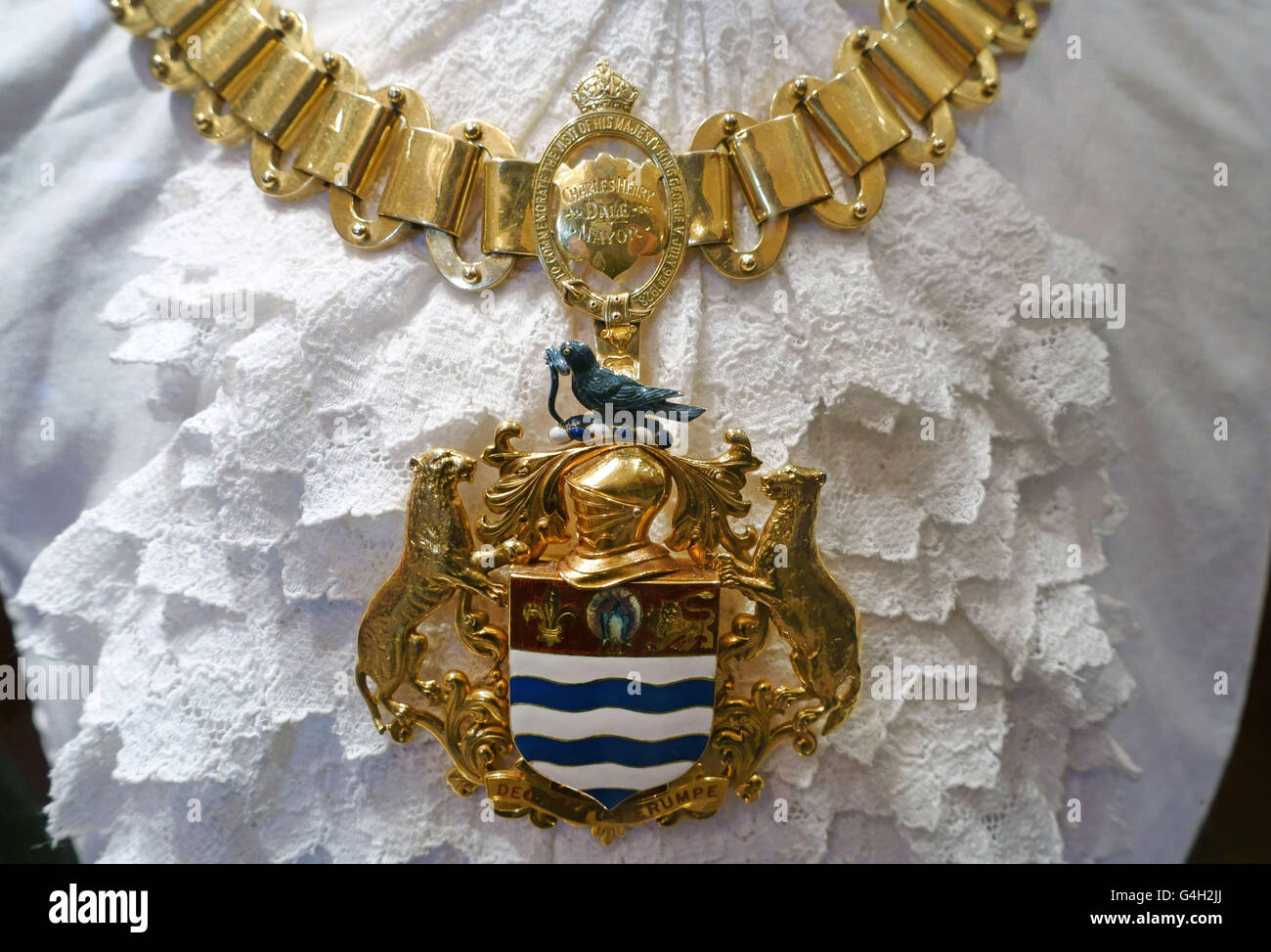 Gold mayoral chain of office in Newark Town Hall, Nottinghamshire, England - Stock Image