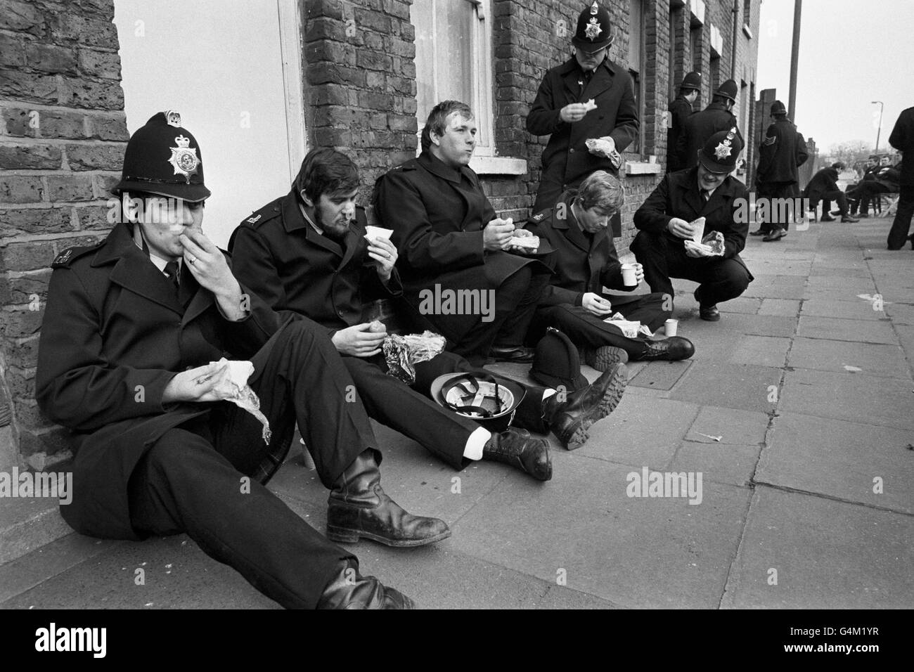 Steel Works Picket - Police officers Eat Lunch - Sheerness - Stock Image