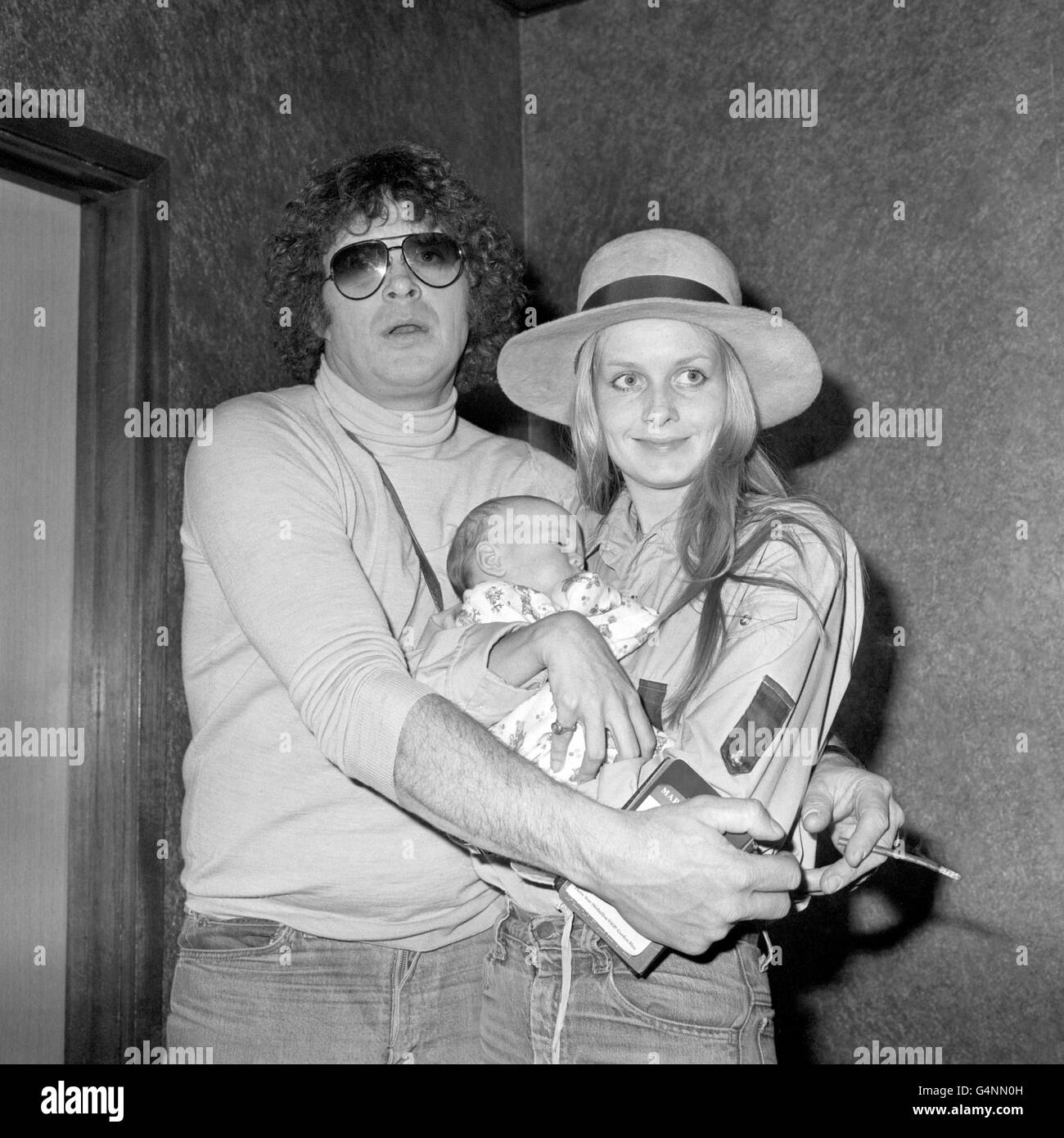 Entertainment - Twiggy and Family - Heathrow Airport - Stock Image