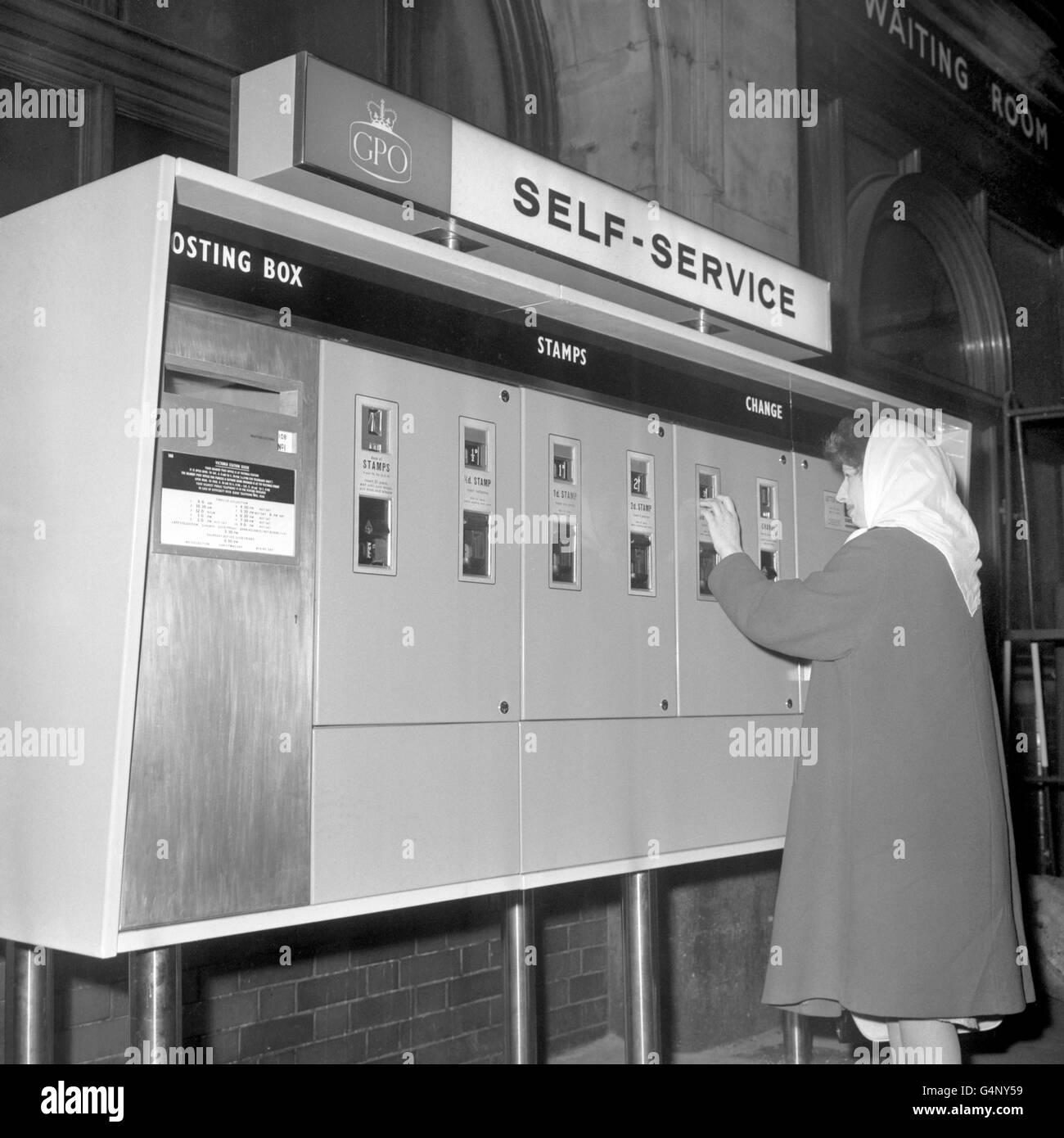 British Postal Service - Post Office Self-Service Kiosk - Victoria Station, London - Stock Image