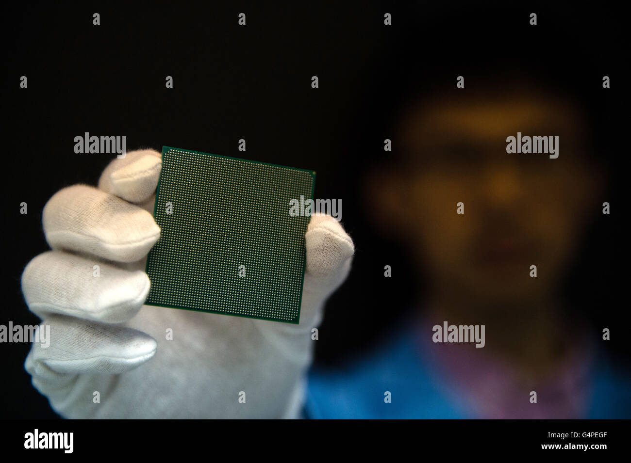 Wuxi, China. 20th June, 2016. An engineer shows the many-core processor of Sunway TaihuLight, a new Chinese supercomputer, - Stock Image