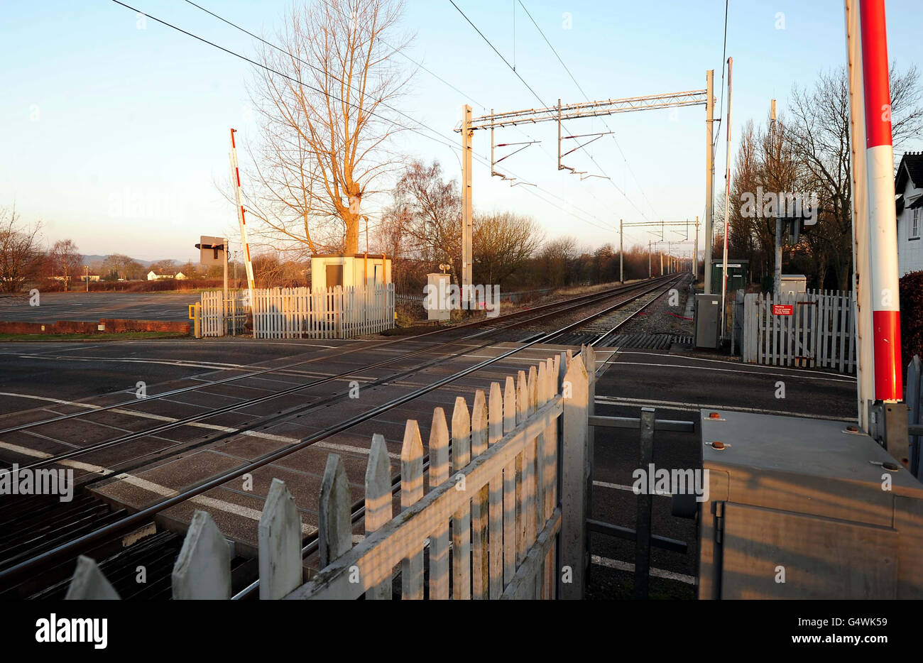 Man killed by train at crossing - Stock Image