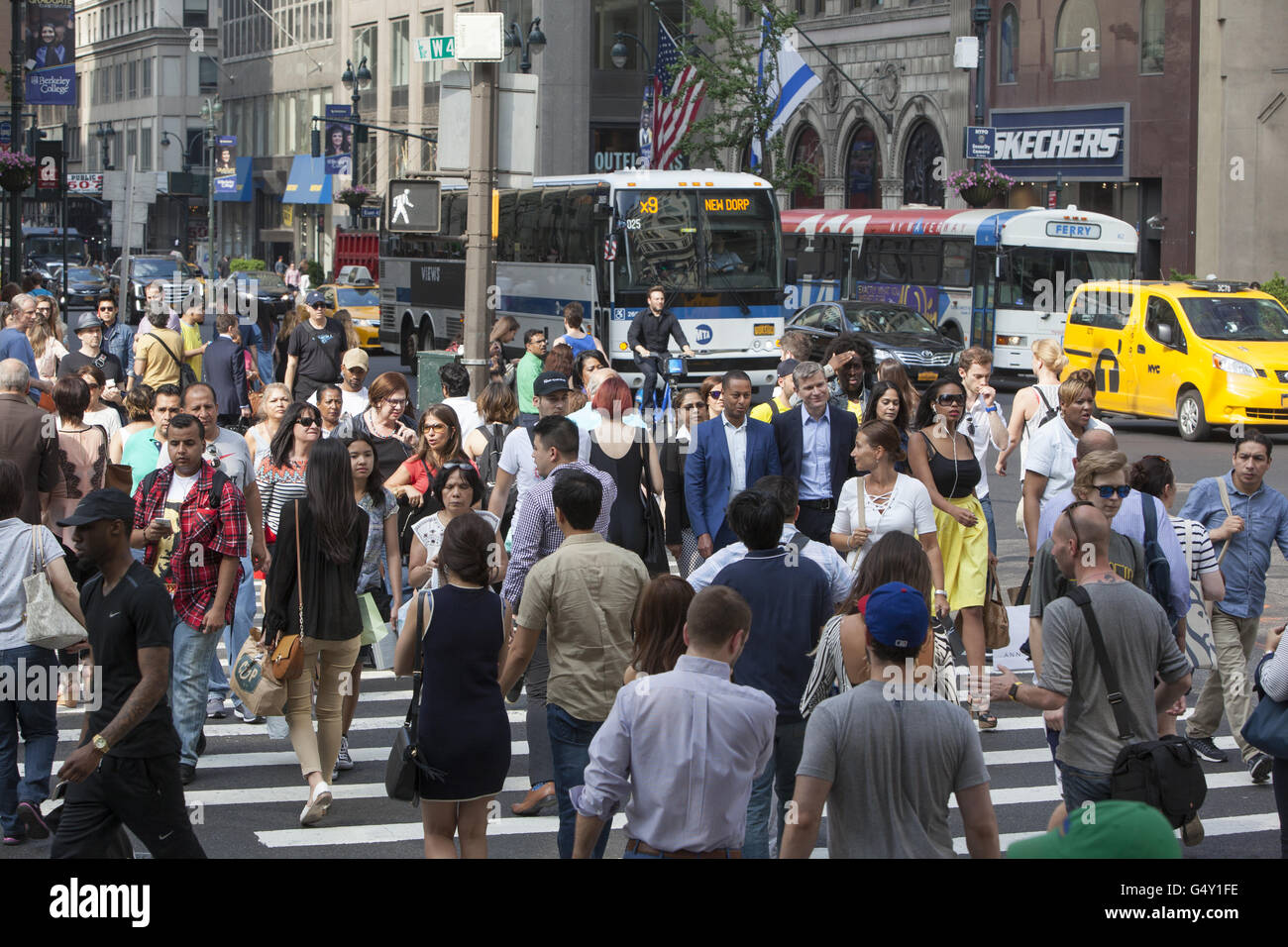 The always busy crosswalk at 42nd Street and 5th Avenue in New York CIty. - Stock Image