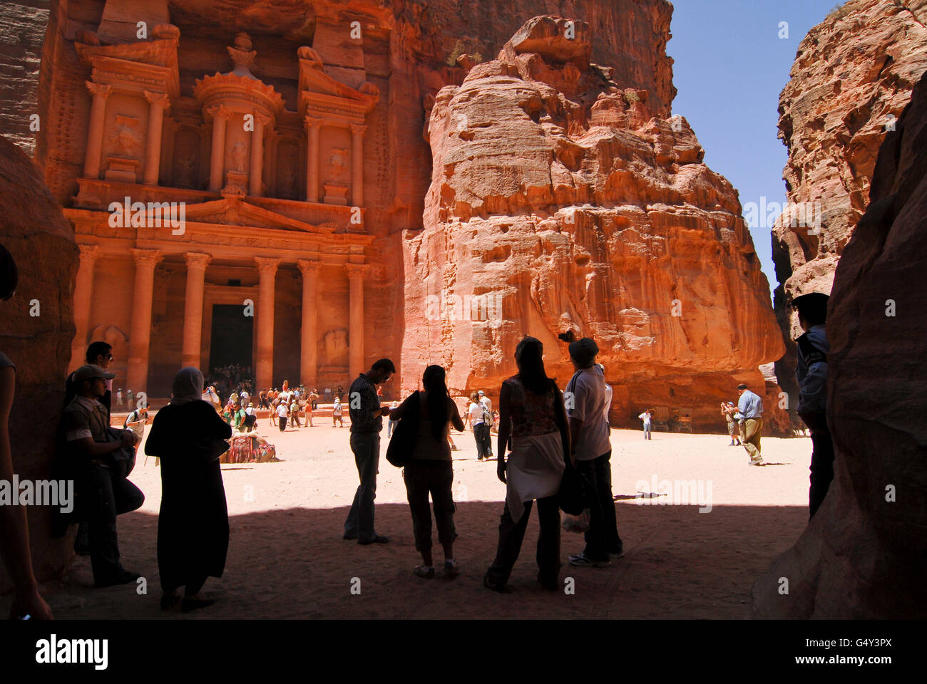 JORDAN, UNESCO world heritage site Petra, The treasury / JORDANIEN, historische Nabataeer Stadt Petra , Touristen - Stock Image