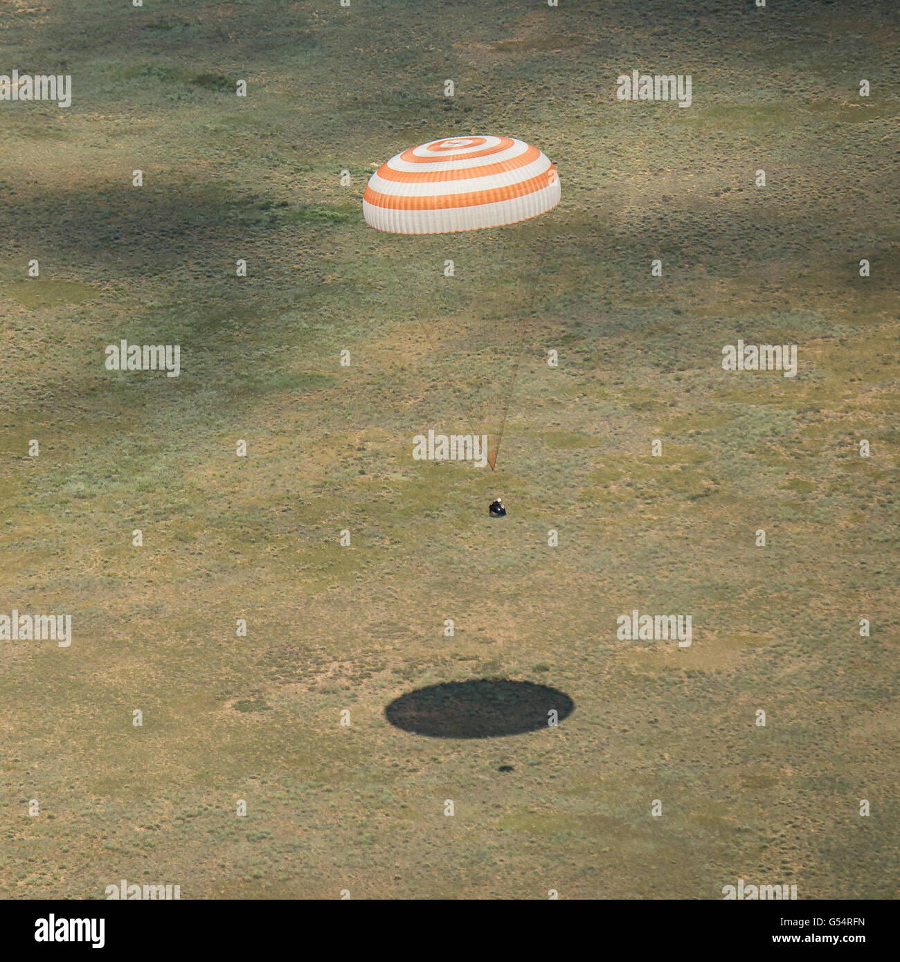 International Space Station crew from Expedition 47 descends aboard the Russian Soyuz TMA-19M spacecraft to a remote - Stock Image