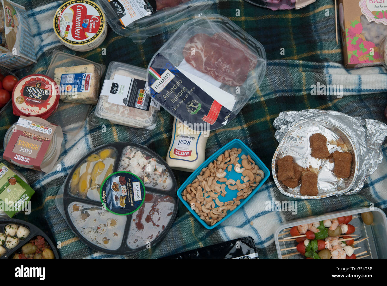 Picnic Uk shop bought food plastic wrappers spread out on picnic blanket HOMER SYKES - Stock Image