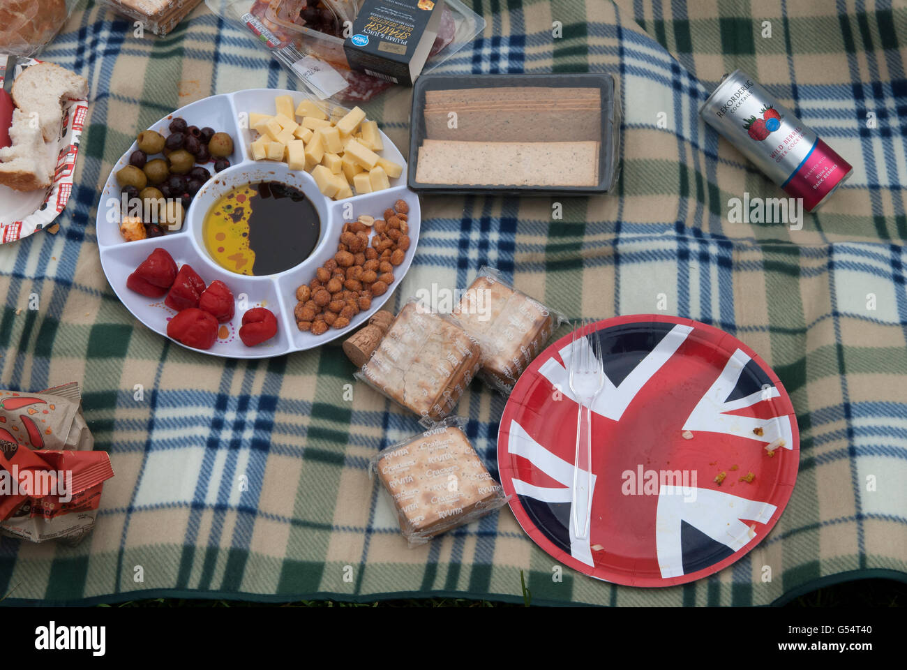 Picnic Uk shop bought food plastic wrappers spread out on picnic blanket HOMER SYKES Stock Photo
