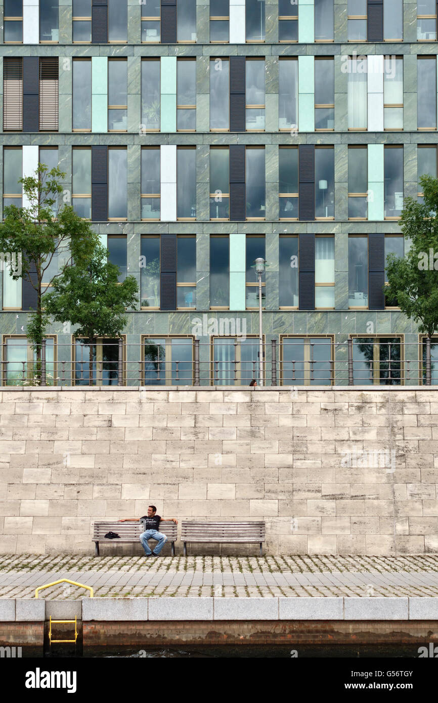 Berlin, Germany. New offices and riverside walks have been built along the banks of the River Spree - Stock Image