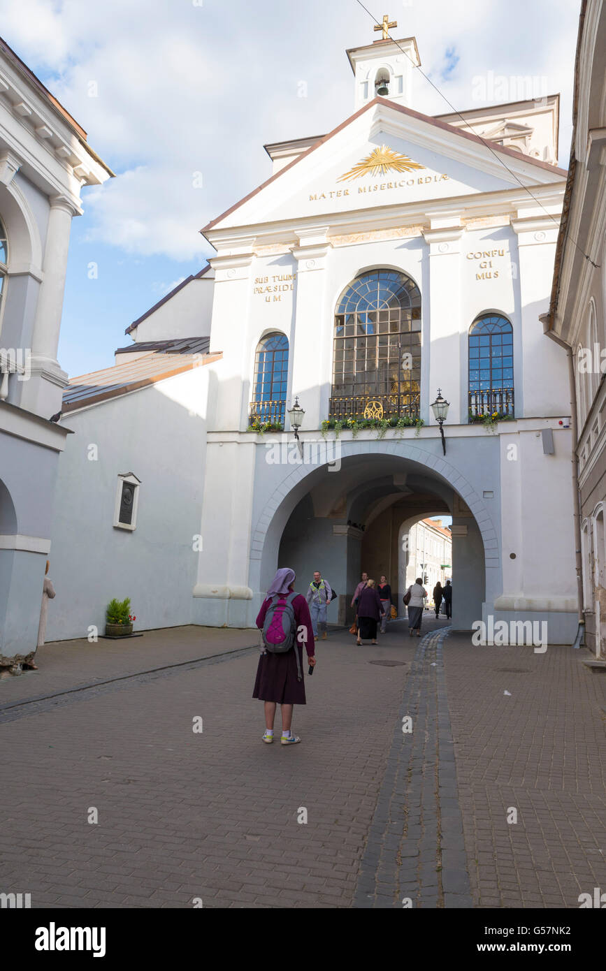 VILNIUS, LITHUANIA - JUNE 7, 2016: People at Ausros gate (gate of dawn) with basilica of Madonna Ostrobramska in - Stock Image