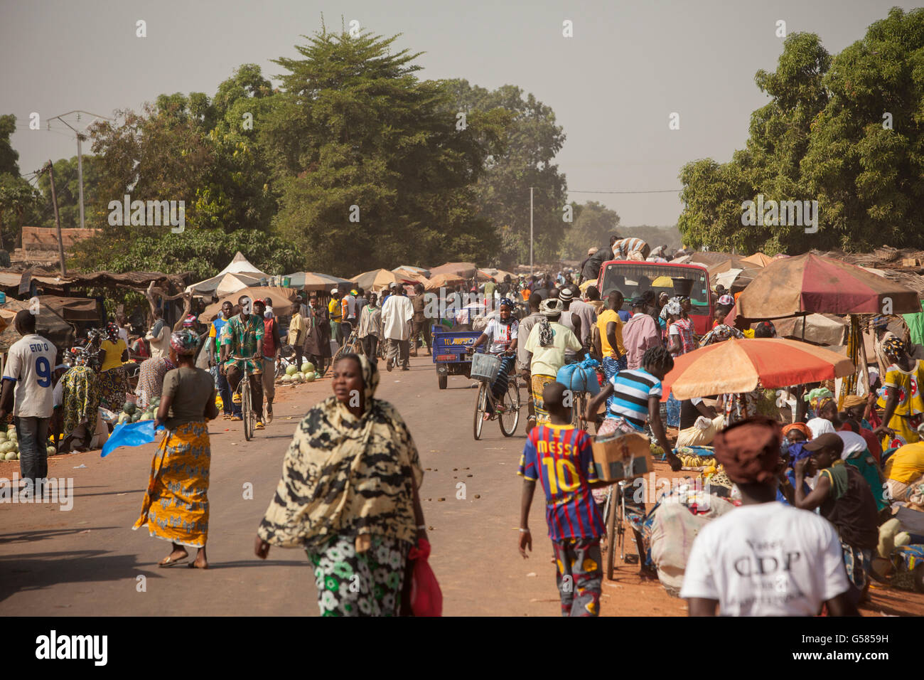 People shop at a busy market in Banwa Province, Burkina Faso. - Stock Image