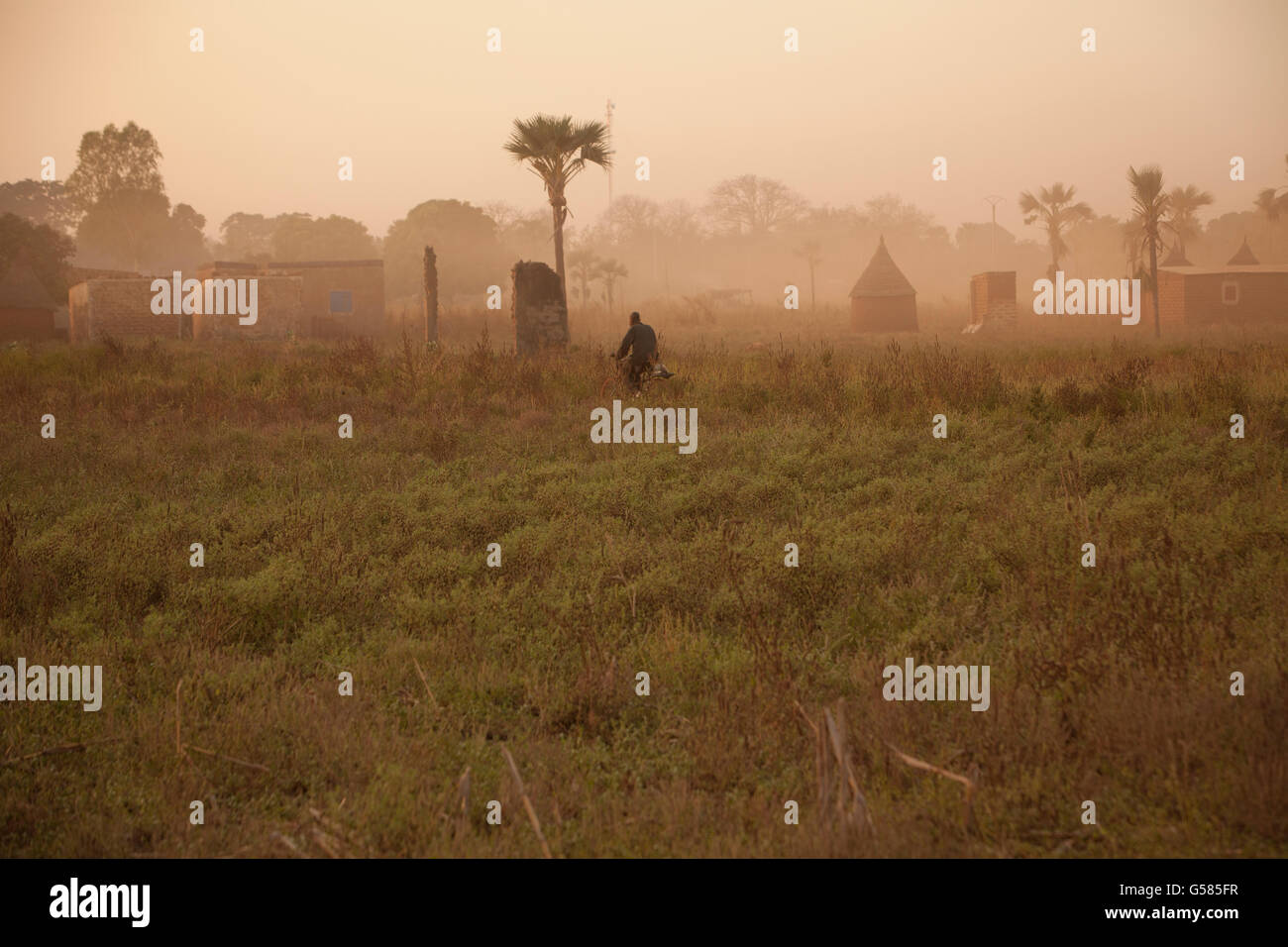 The sun sets in the village of Tengréla near Banfora, Burkina Faso. - Stock Image