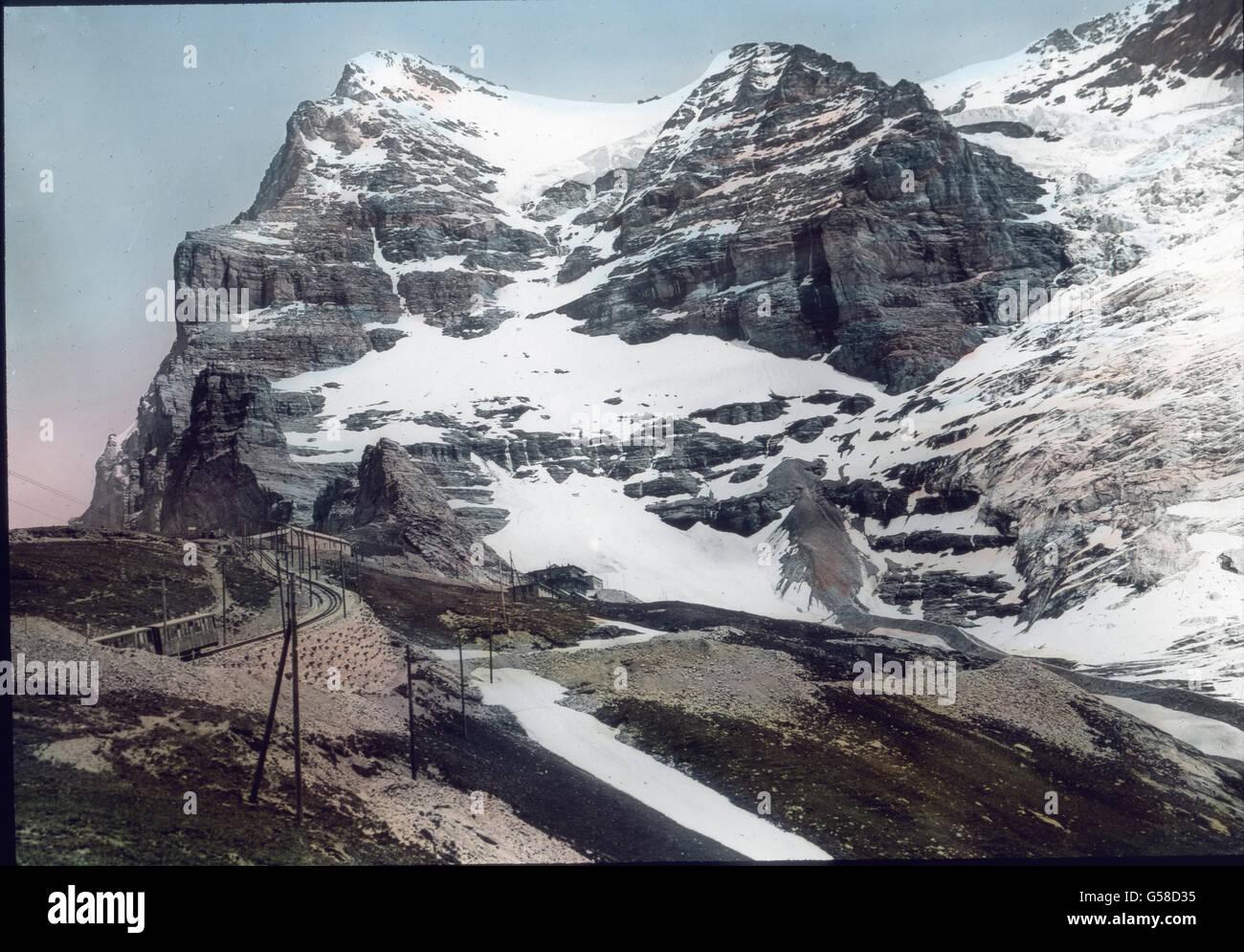Auf hohem Damme geht sie dann an Schneefelder und den Moränen des Gletschers vorbei direkt auf dan Eiger zu. - Stock Image