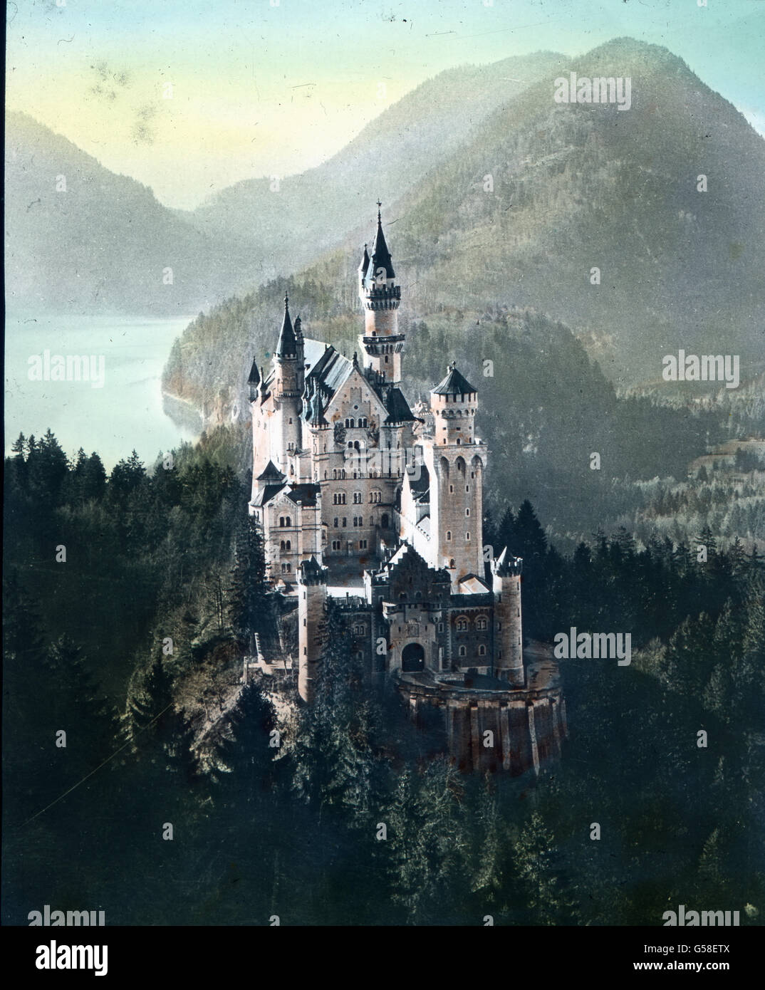 Das Schloss Neuschwanstein steht oberhalb von Hohenschwangau bei Füssen im südlichen Bayern. Der Bau wurde ab 1869 Stock Photo