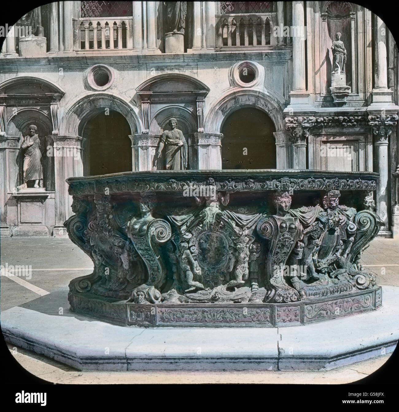 Wir sehen  den Brunnen als ein mächtiges Becken in kunstvollem Erzguß, geschmückt mit Figuren und - Stock Image