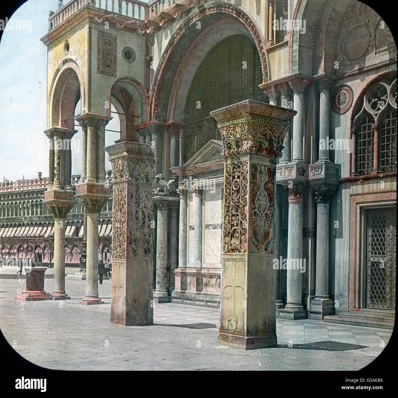 Die beiden prächtigen Pfeiler an der Südwand der Markuskirche sind aus Ptolemais nach Venedig gebracht und tragen Stock Photo