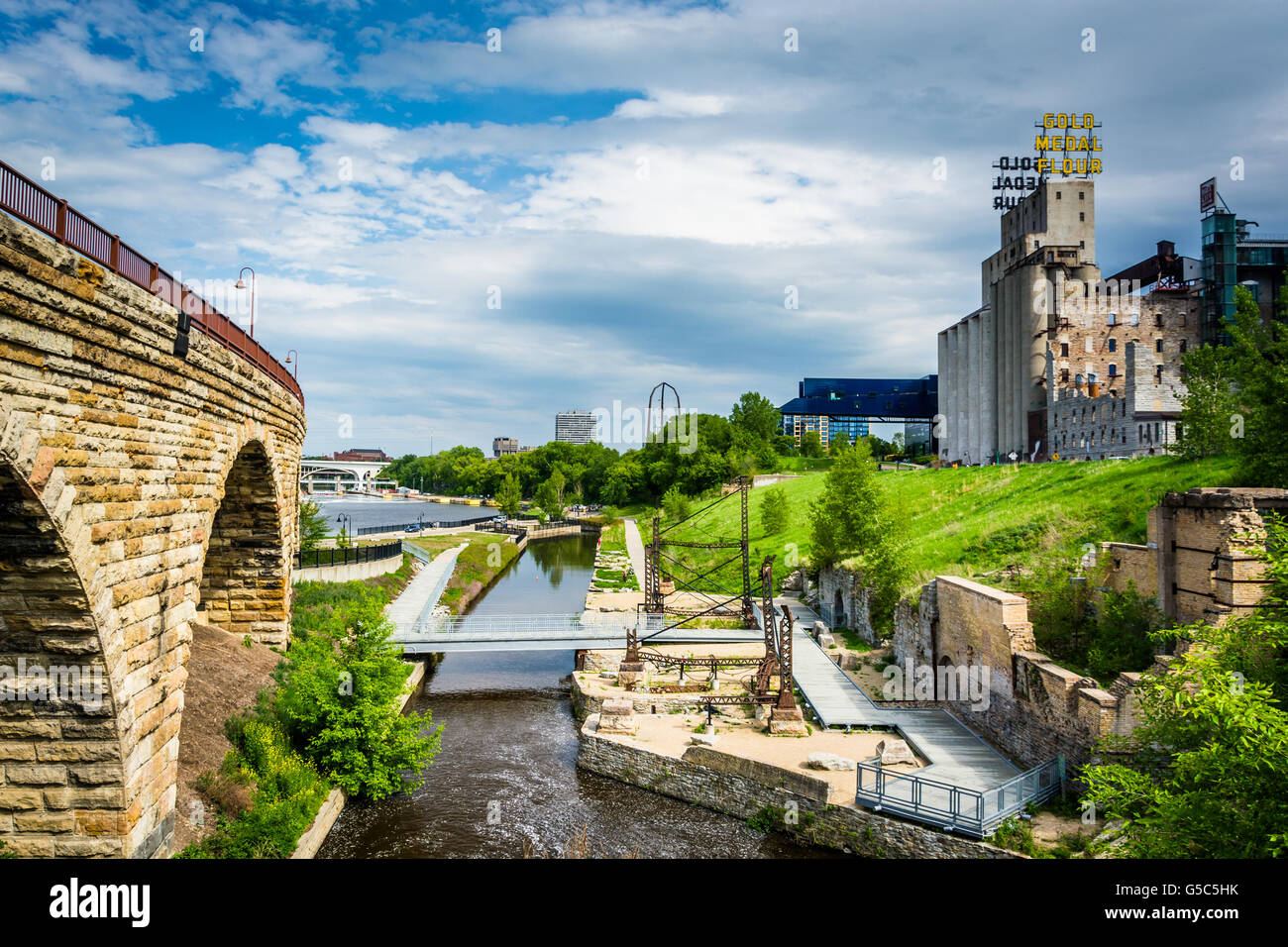 Ruins at Mill Ruins Park and the Stone Arch Bridge, in downtown Minneapolis, Minnesota. - Stock Image