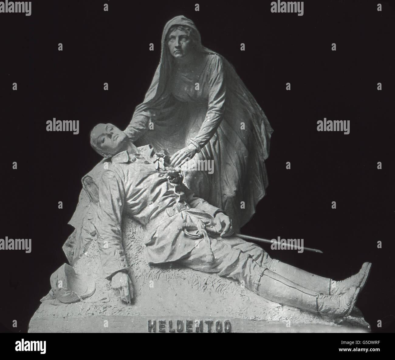 Allegorische Darstellung zum Thema Heldentod. Statue showing the allegory of heroic death. Germany, war, World War, - Stock Image