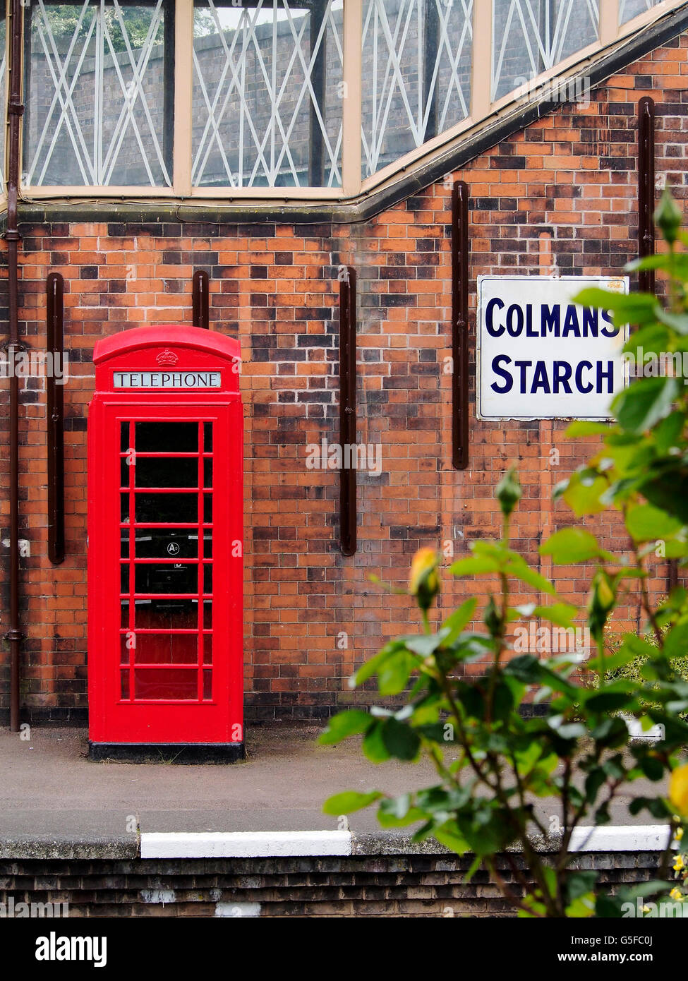 A  K6, the most common type of red telephone box in a period setting on Quorn railway station on the Great Central - Stock Image