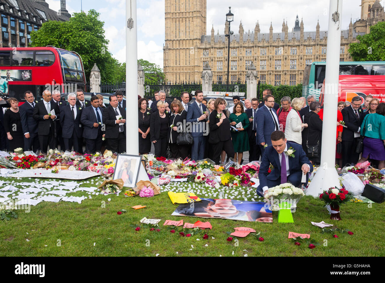 Wes Streeting MP lays a wreath in memory of murdered Labour party MP Jo Cox outside Parliament - Stock Image
