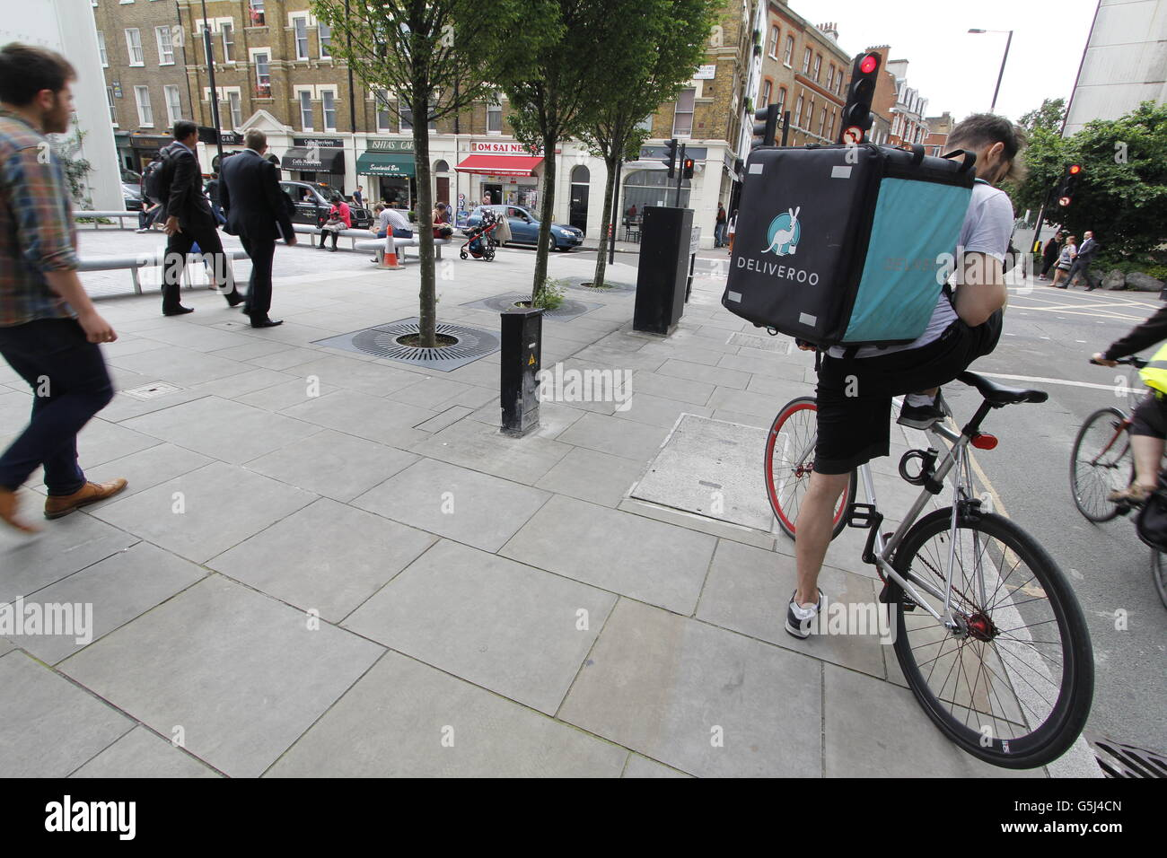 fe4273bbcd5 Deliveroo Delivery Cyclist Stock Photos & Deliveroo Delivery Cyclist ...