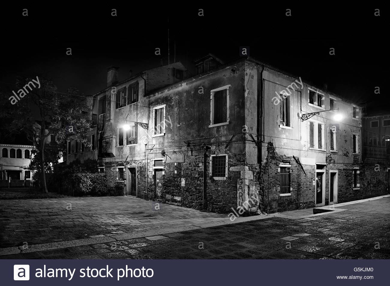 Decrepit building at night - Stock Image