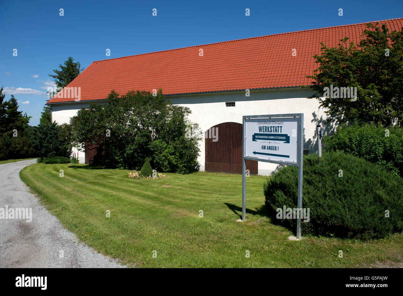 The entrance to the Edelschmiede Daranitz auto workshop in Kubschuetz/Daranitz, Germany, 06 June 2016. A Plymouth - Stock Image