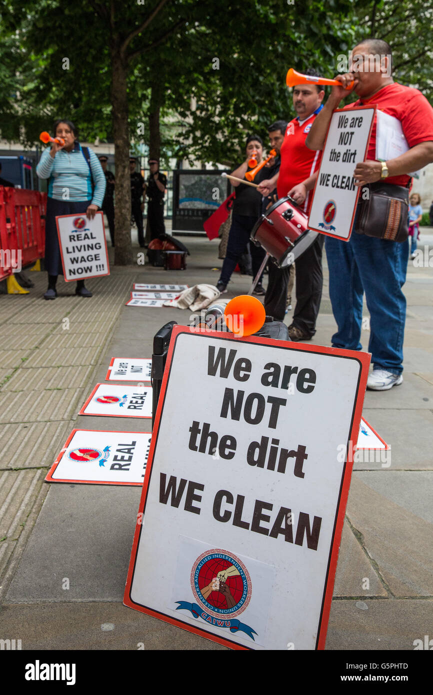 London, UK. 22nd June, 2016. Members of the Cleaners and Allied Independent Workers Union (CAIWU) protest outside - Stock Image
