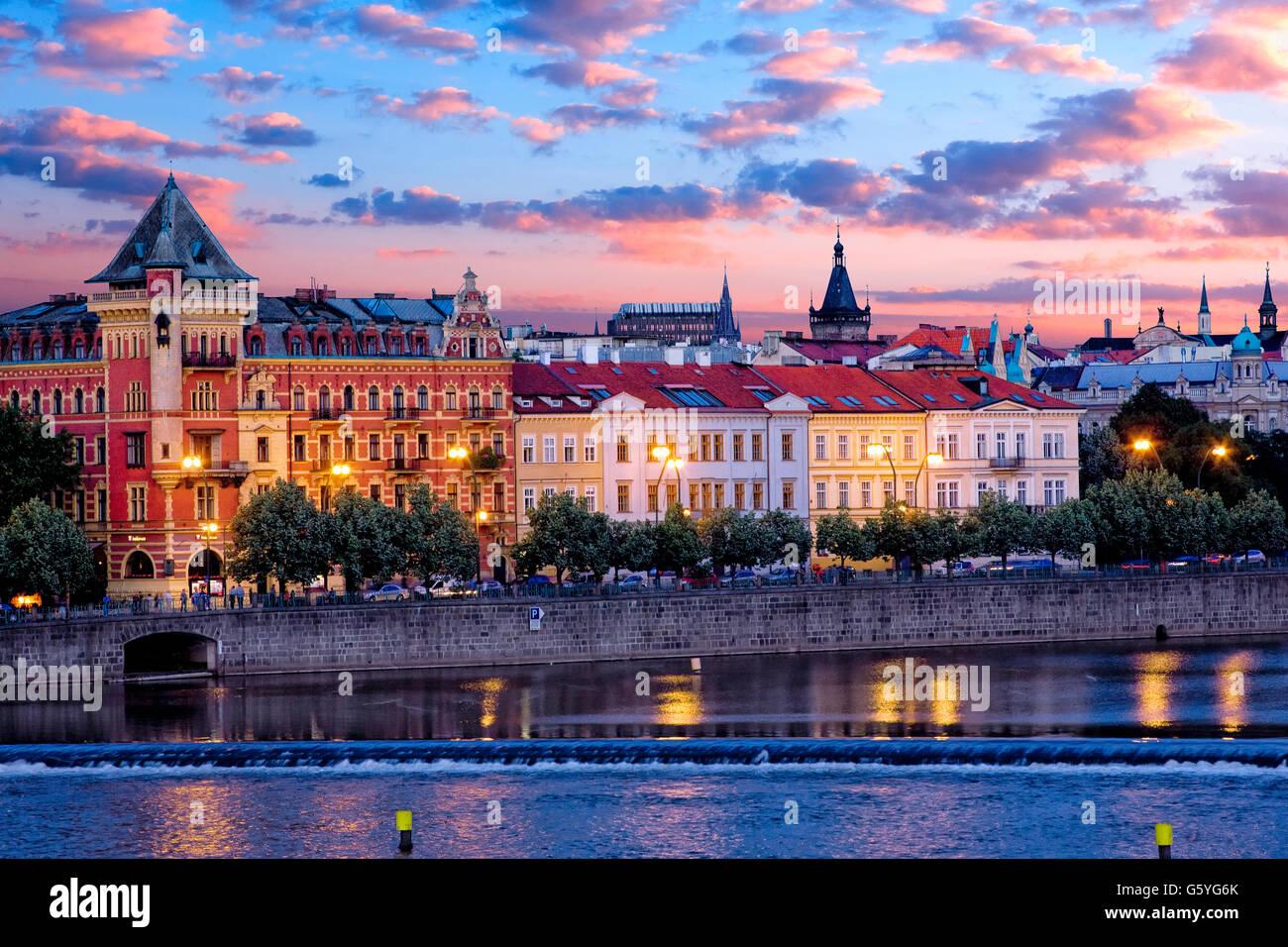 Vltava river and Prague skyline at night - Stock Image
