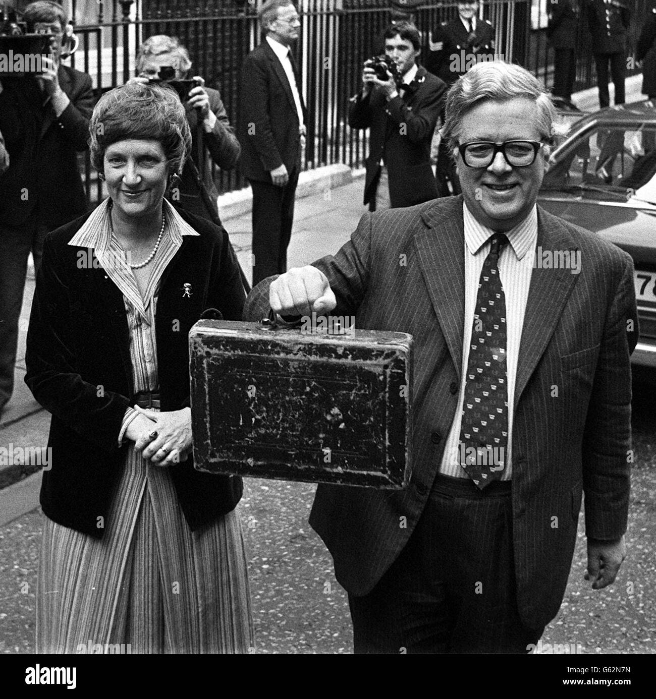 Sir Geoffrey Howe and budget box - Stock Image