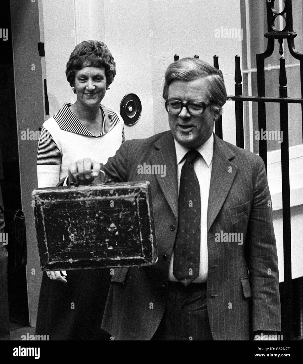 Sir Geoffrey Howe with budget box - Stock Image