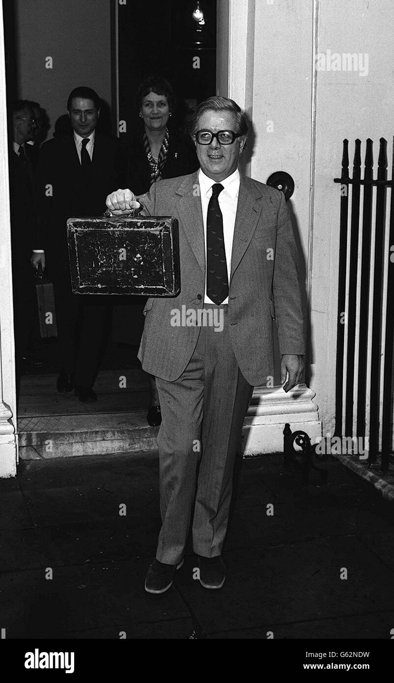 Sir Geoffrey Howe leaves with budget - Stock Image