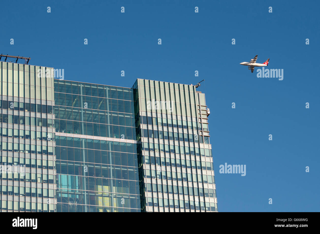 British Aerospace Avro RJ100 Airliner and Barclays Bank HQ at One Churchill Place designed by HOK International - Stock Image