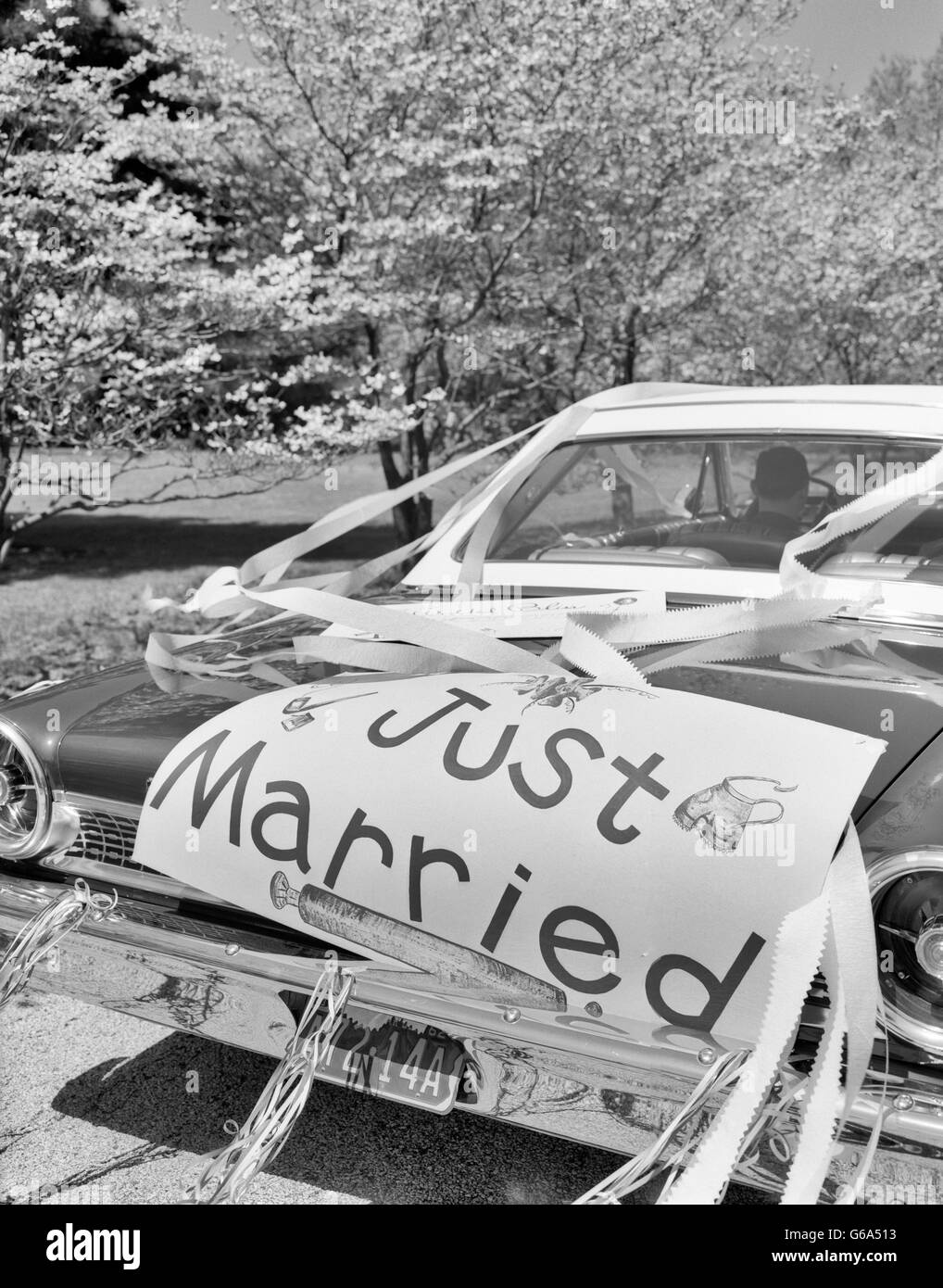 1960s CAR JUST MARRIED SIGN ON TRUNK AND STREAMERS - Stock Image