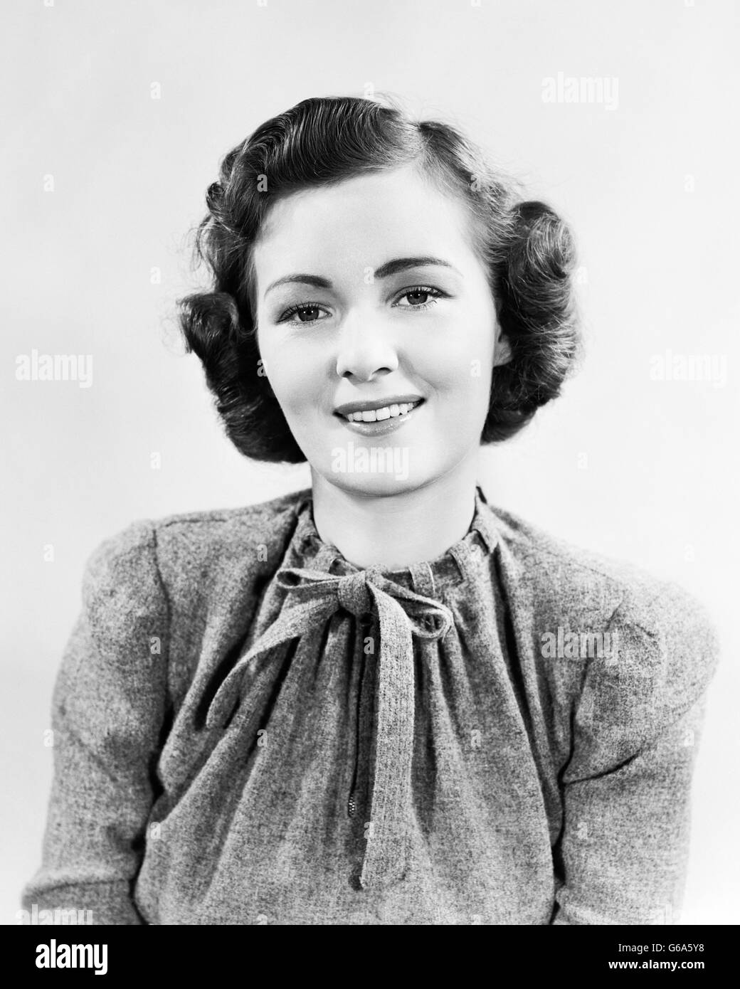 1930s 1940s PORTRAIT SMILING WOMAN WEARING WOOL TWEED SWEATER TOP SMILING AT CAMERA - Stock Image