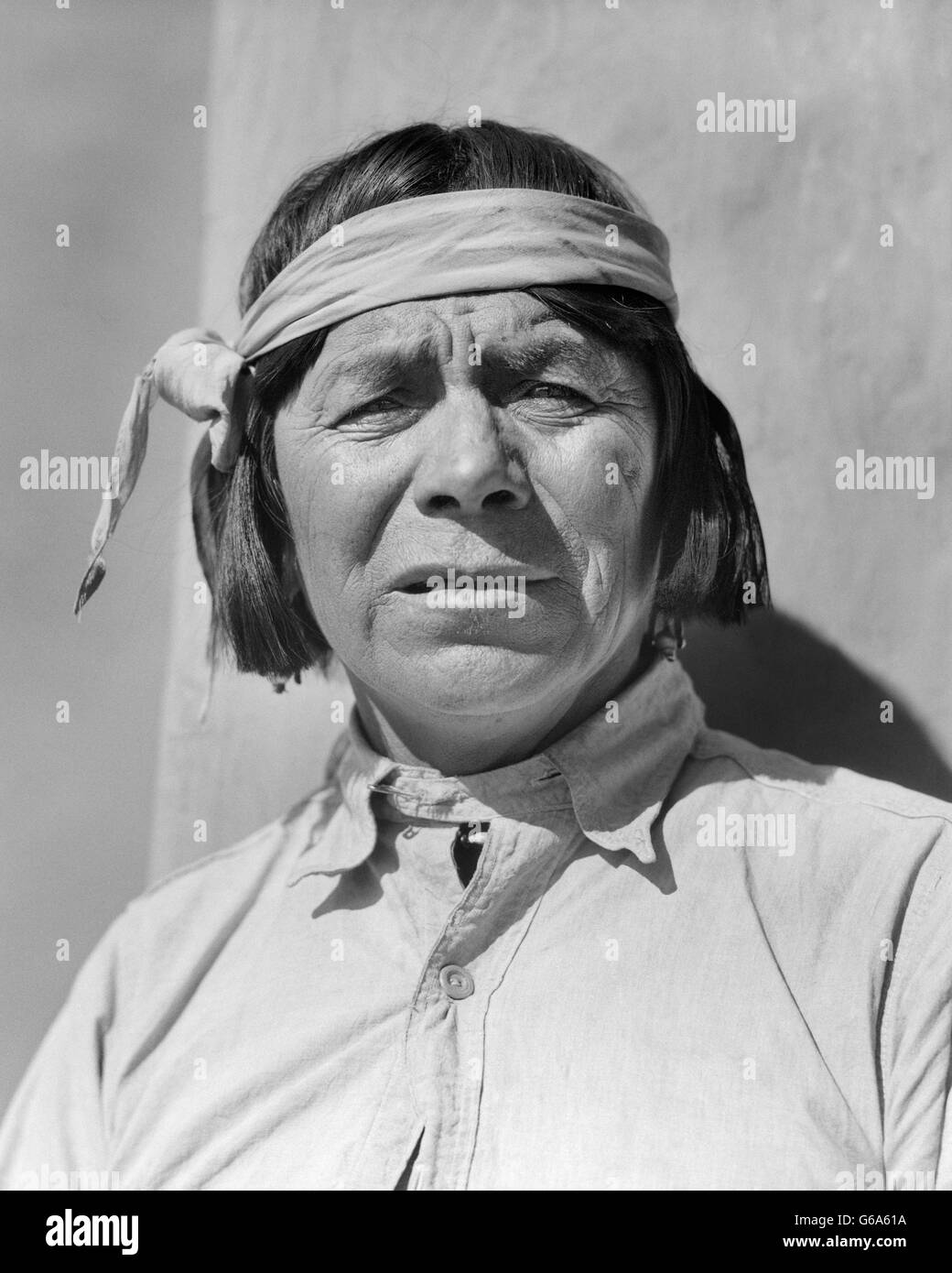 1930s PORTRAIT NATIVE AMERICAN MAN LOOKING AT CAMERA SAN ILDEFONSO PUEBLO NEW MEXICO USA - Stock Image