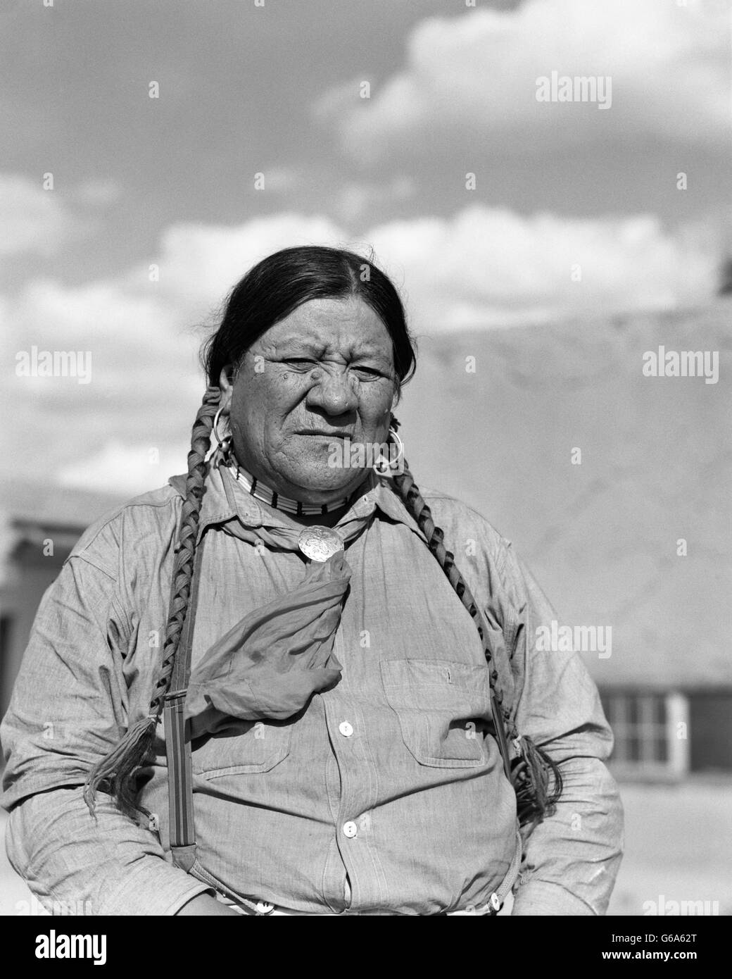 1930s PORTRAIT SERIOUS NATIVE AMERICAN INDIAN MAN SAN ILDEFONSO PUEBLO NEW MEXICO USA - Stock Image