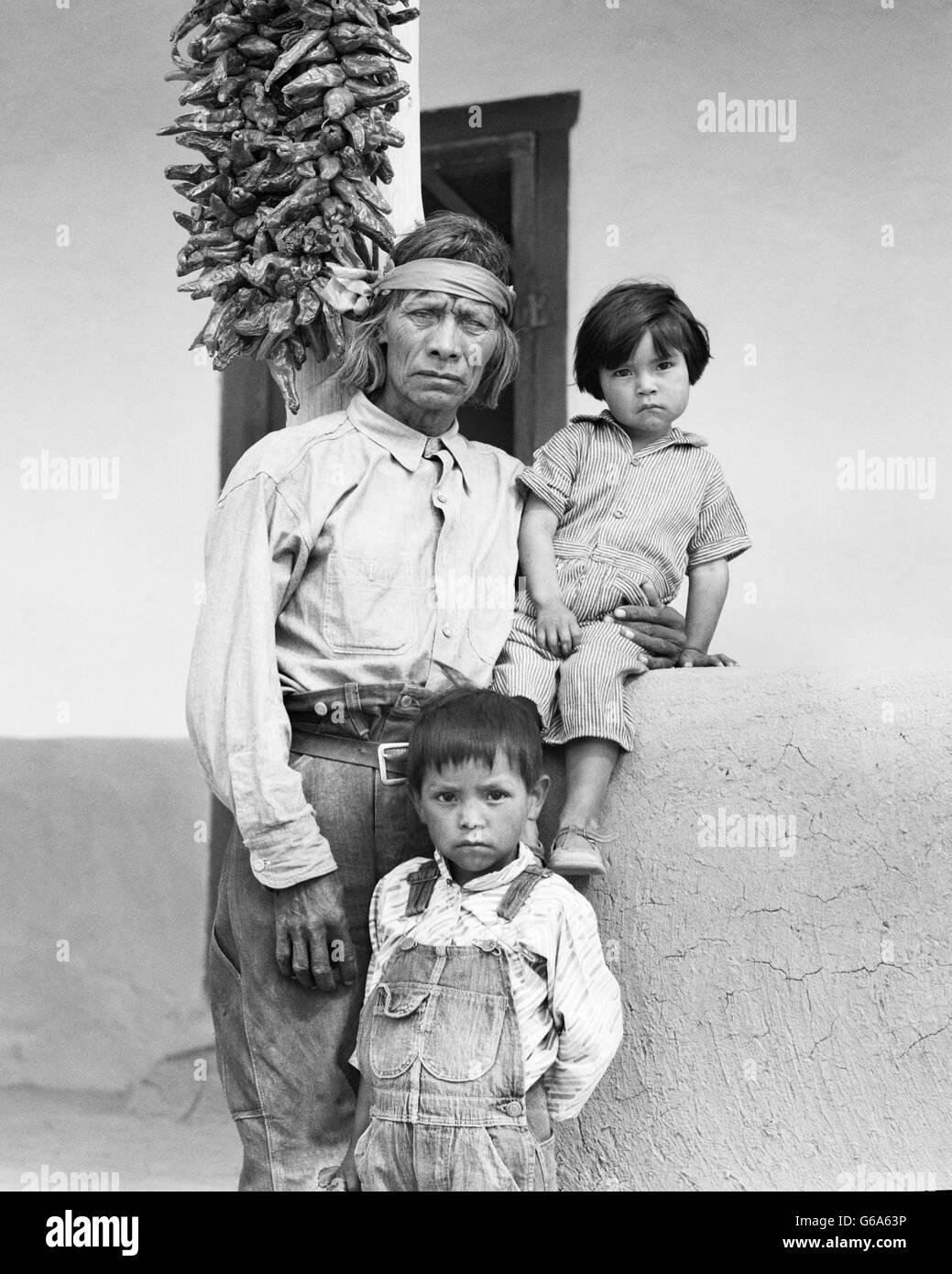 1930s FAMILY PORTRAIT NATIVE AMERICAN SENIOR MAN GRANDFATHER AND HIS TWO GRANDCHILDREN SAN ILDEFONSO PUEBLO NEW - Stock Image