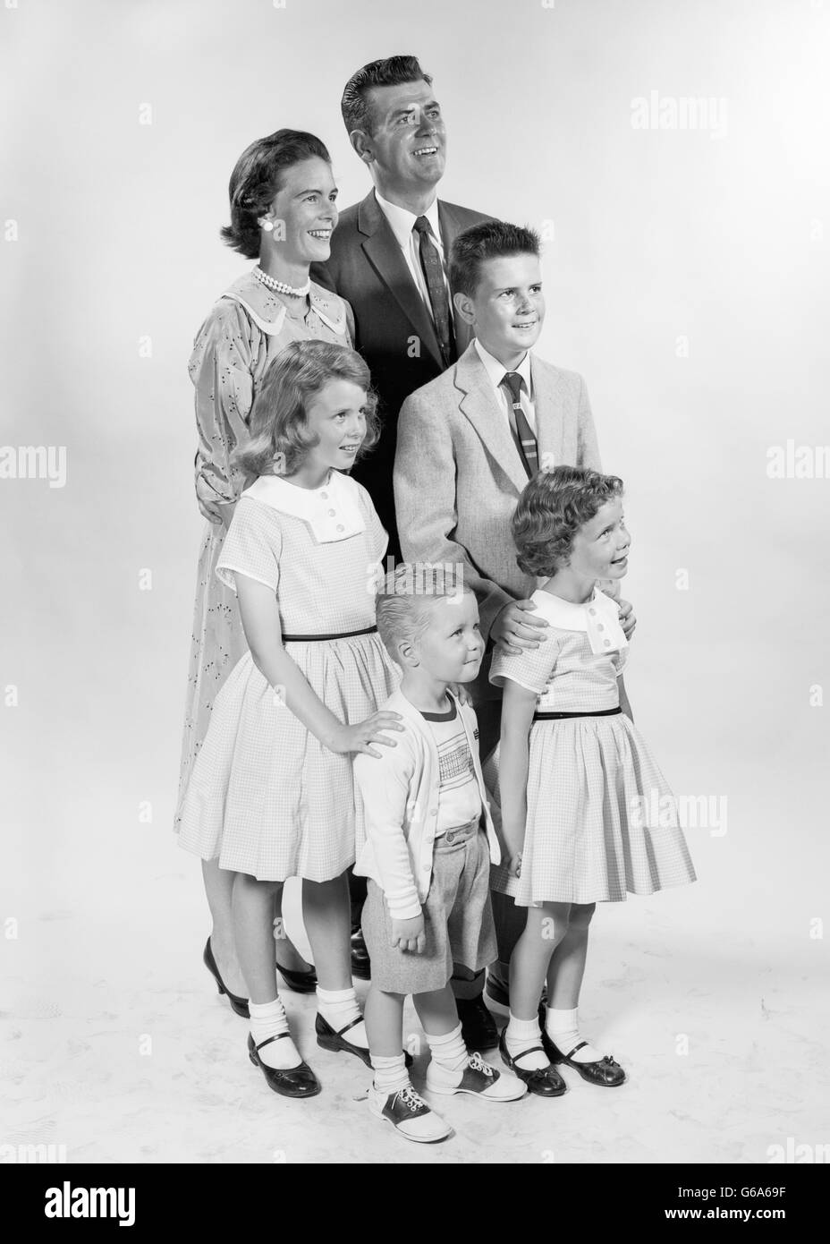 1950s PORTRAIT SMILING FAMILY OF 6 MOTHER FATHER BOYS GIRLS STANDING - Stock Image