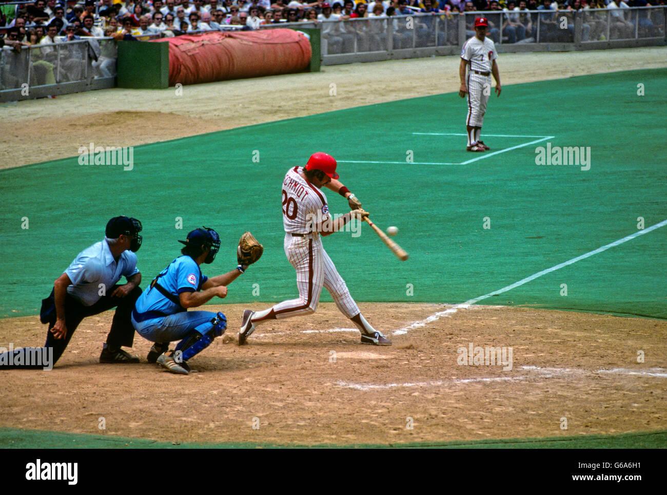 1980s MIKE SCHMIDT NUMBER 20 BATTING PHILLIES AND CHICAGO CUBS BASEBALL GAME VETERAN'S STADIUM PHILADELPHIA - Stock Image